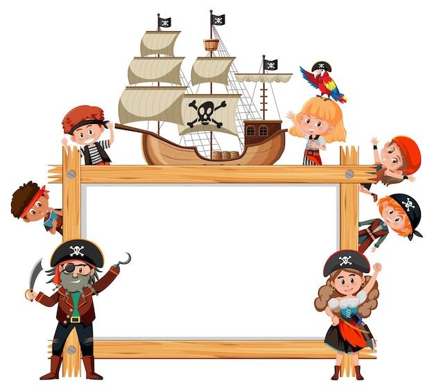 Moldura de madeira vazia com o personagem de desenho animado de muitas crianças piratas