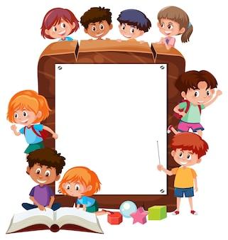 Moldura de madeira vazia com o personagem de desenho animado de muitas crianças