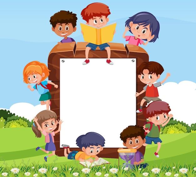 Moldura de madeira vazia com personagem de desenho animado de crianças estudantes
