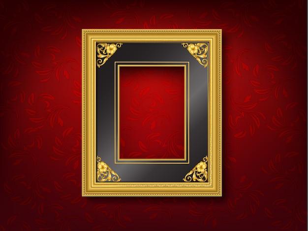 Moldura de ouro vintage na parede vermelha