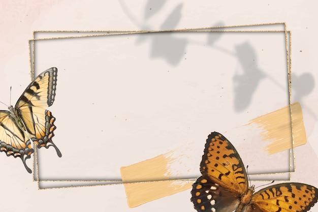 Moldura dourada com fundo estampado de borboleta