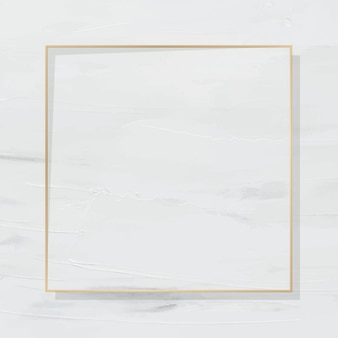 Moldura dourada quadrada em fundo pintado de branco