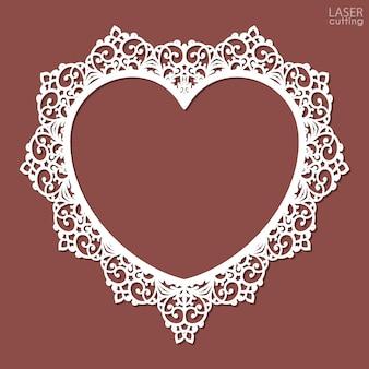 Moldura em forma de coração cortada a laser. modelo de moldura de foto com um padrão floral a céu aberto.