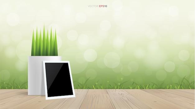 Moldura para fotos em branco e vaso de flores no terraço de madeira