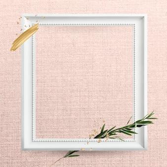 Moldura quadrada de madeira branca com galho de eucalipto