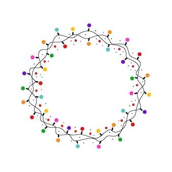 Moldura redonda de natal com lâmpadas brilhantes coloridas isoladas no fundo branco