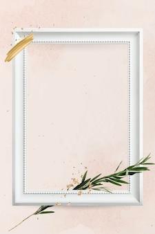 Moldura retangular de madeira branca com galho de eucalipto