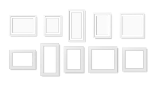 Molduras para fotos em branco na parede.