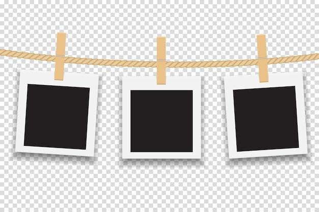 Molduras para fotos em branco penduradas na linha ou na corda.