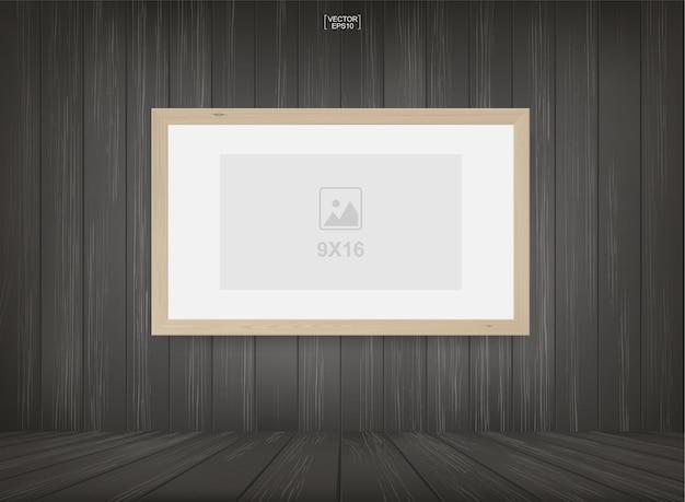 Molduras para fotos no fundo do espaço de sala de madeira.
