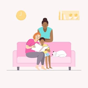 Momento feliz de casal lésbico com criança sentada no sofá