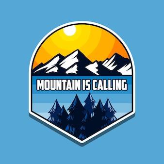 Montanha ao ar livre está chamando emblema ou design de camiseta