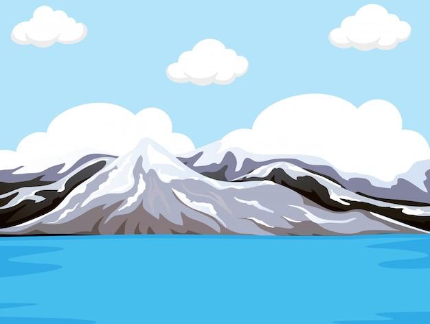 Montanha ao lado da água