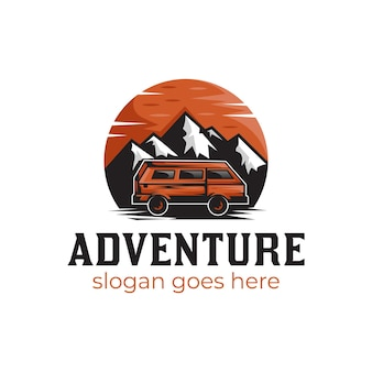 Montanha de paisagem vintage com pôr do sol e viajante de carro para design de logotipo de aventura ao ar livre