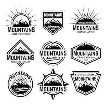 Montanhas com emblemas, etiquetas ou emblemas vintage monocromáticos