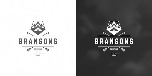 Montanhas logotipo emblema aventura ao ar livre camping ilustração vetorial montanha e tenda silhuetas para camisa ou carimbo de impressão. projeto do distintivo de tipografia vintage.