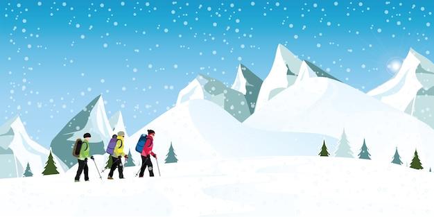Montanhistas de montanha com mochilas caminhando pela neve pesada.