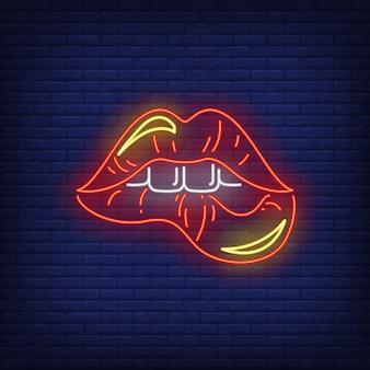 Mordendo os lábios vermelhos sinal de néon
