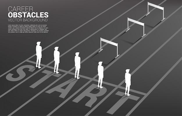 Mostre em silhueta um do homem de negócios que está com obstáculo dos obstáculos. conceito de obstáculos na carreira e desigualdade