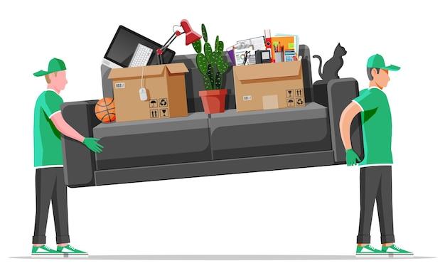 Movimentadores de homem de personagem de entrega carregam sofá com utensílios domésticos. os carregadores carregam o sofá isolado. empresa de mudanças com carregadeiras e móveis. serviço de relocação de entrega. ilustração vetorial plana