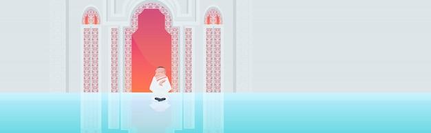Muçulmano homem religioso ajoelhado rezar ramadan kareem mês sagrado religião conceito vista traseira