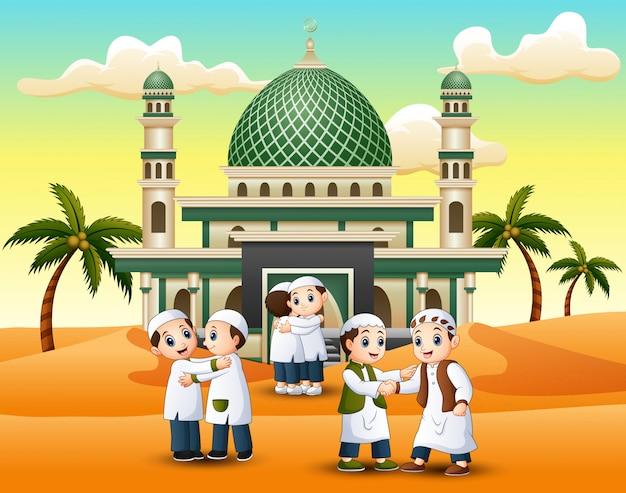 Muçulmanos apertando as mãos uns aos outros na frente de uma mesquita