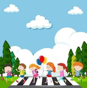 Muitas crianças atravessam a rua