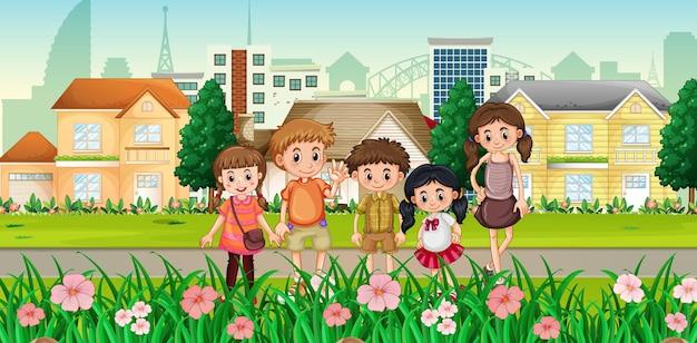 Muitas crianças em pé com a cidade
