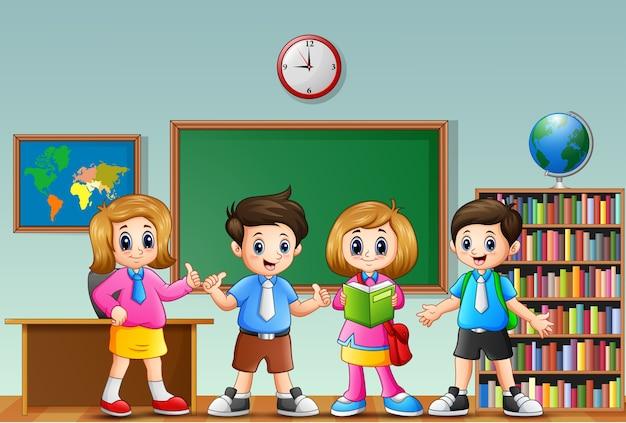 Muitas crianças em pé na frente da sala de aula