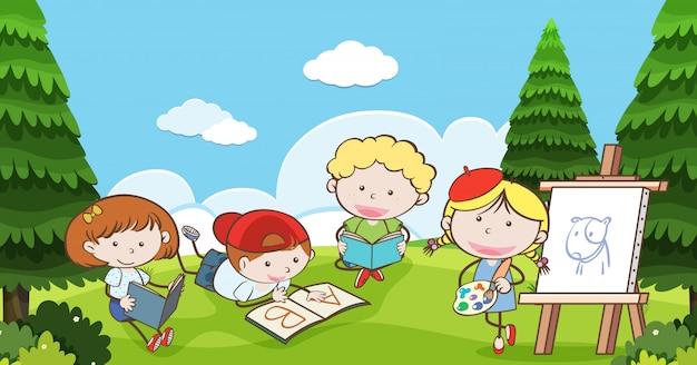 Muitas crianças lendo e desenhando no parque