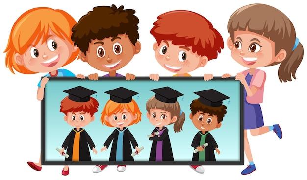 Muitas crianças segurando sua foto de formatura