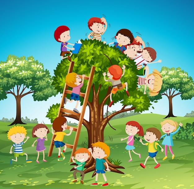 Muitas crianças subindo na árvore