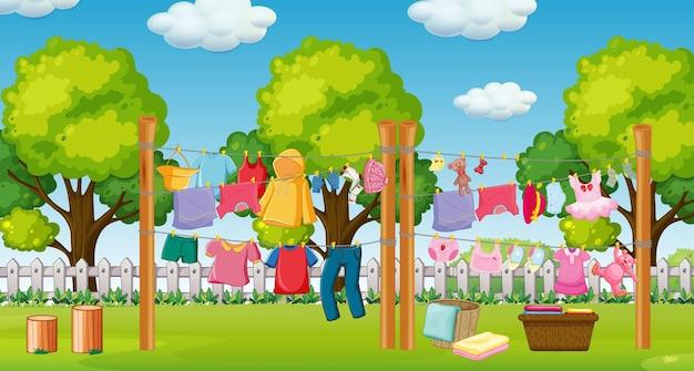 Muitas roupas penduradas em uma linha fora da cena da casa