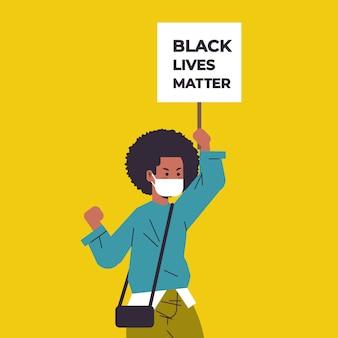 Mulher afro-americana com máscara segurando a campanha da bandeira da matéria das vidas negras