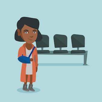 Mulher afro-americana ferida com o braço quebrado.