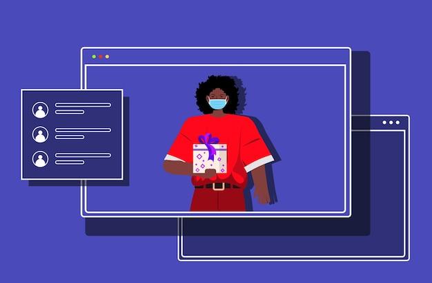 Mulher afro-americana santa na janela do navegador segurando uma caixa de presente ano novo natal feriados celebração coronavirus quarentena conceito de comunicação online ilustração horizontal