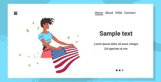 Mulher afro-americana segurando bandeira dos eua, vida negra importa campanha contra discriminação racial