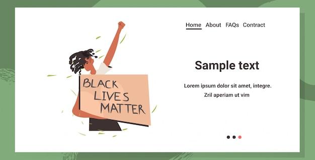 Mulher afro-americana segurando uma bandeira negra vidas importa campanha contra a discriminação racial