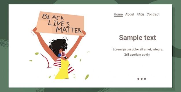 Mulher afro-americana segurando vidas negras importa bandeira campanha contra discriminação racial