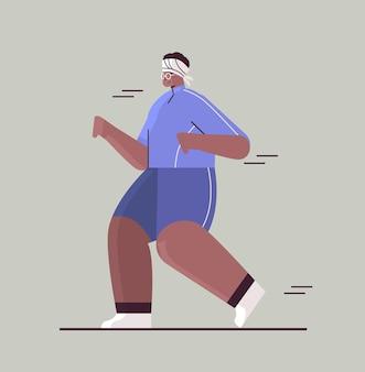 Mulher afro-americana sênior em roupas esportivas correndo avô aposentado fazendo exercícios físicos ativo, velhice, estilo de vida saudável, ilustração vetorial de corpo inteiro
