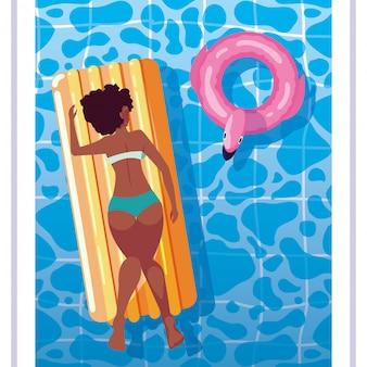 Mulher afro bronzeamento em flutuar na piscina