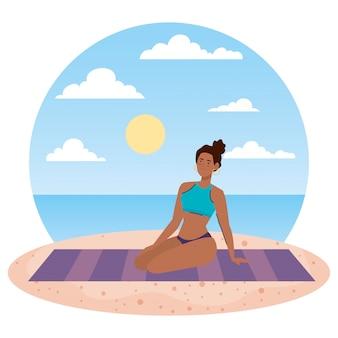 Mulher afro com maiô sentado na toalha, na praia, temporada de férias