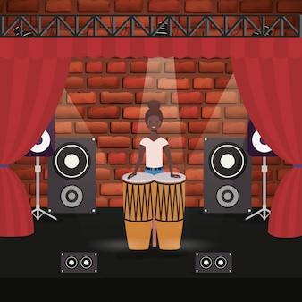 Mulher afro, jogando o personagem tímpanos