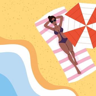 Mulher afro na cena de férias de verão na praia