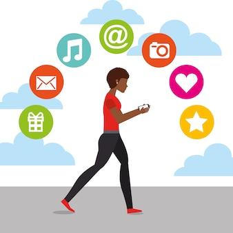 Mulher afroamericana caminhando com celular em mãos e ícones de mídia social