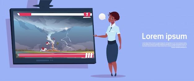 Mulher americana africana, guiando, tv ao vivo, transmissão, sobre, tornado, destruindo, fazenda, furacão, dano, notícia notícia, de, tempestade, waterspout, em, campo, desastre natural, conceito