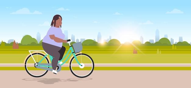 Mulher, andar, bicicleta, em, cidade, parque urbano, menina, ciclismo, bicicleta, conceito, femininas, caricatura, personagem