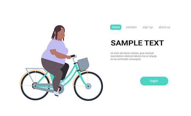 Mulher, andar, bicicleta, menina, andar bicicleta, conceito bicicleta, personagem desenho animado feminino, fundo branco