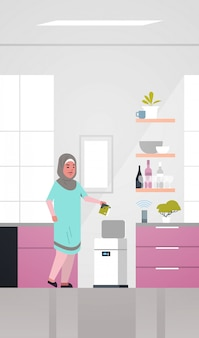 Mulher árabe colocando lixo na lixeira eletrônica controlada