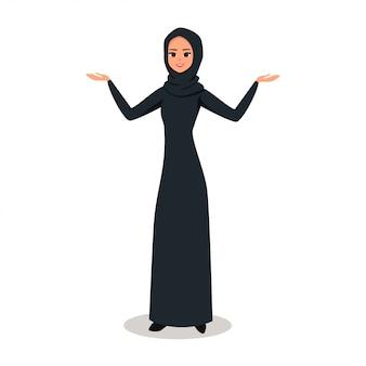 Mulher árabe com hijab apresentando algo com as duas mãos
